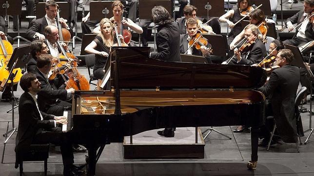 Vladimir Jurowski dirigiendo este viernes  a la Filarmónica de Londres. Al piano, Iván Martín