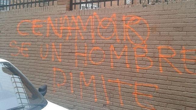 Pintada contra el concejal de Seguridad, Juan Carlos Cenamor, en el colegio de sus hijos
