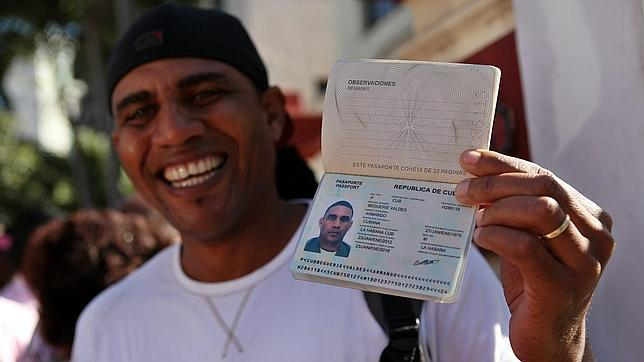 La disidencia cubana califica de «engañifa» la nueva libertad para viajar