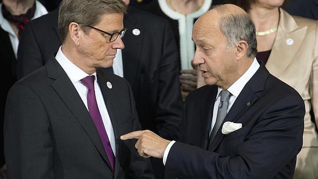 Los ministros de Exteriores alemán y francés, Westerwelle y Fabius, ayer en Berlín