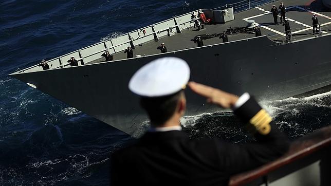 Don Felipe despide al portaaviones Príncipe de Asturias, un «hito» en la historia la Armada
