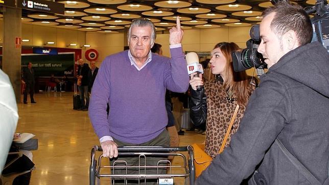 Bárcenas «dedica» una «peineta» a la prensa