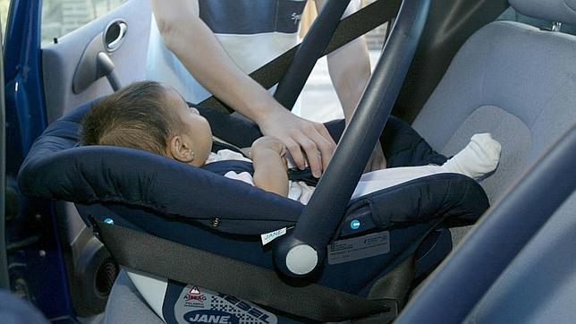 La secretaria de Salud británica propone al Gobierno que prohíba fumar en coches con niños