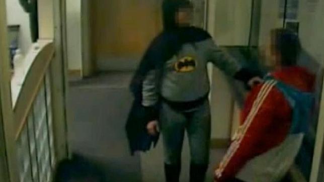 «Batman» entrega a un delincuente a la policía en Inglaterra