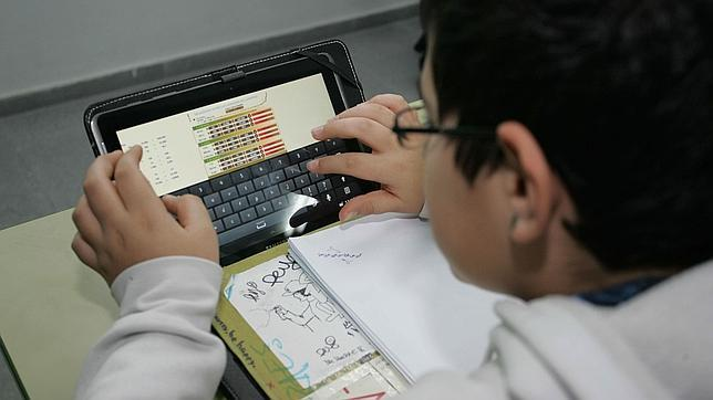 Un alumno maneja una tableta en el instituto Alquibla, de Murcia