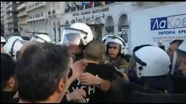 Violento enfrentamiento entre Policías y miembros de Amanecer Dorado en Grecia