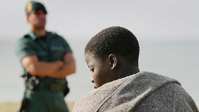 La Guardia Civil realiza miles de servicios humanitarios cada año; en la imagen, tras el rescate de una patera