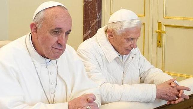 Benedicto XVI: «Vivo como un monje. Rezo y leo. Estoy bien»