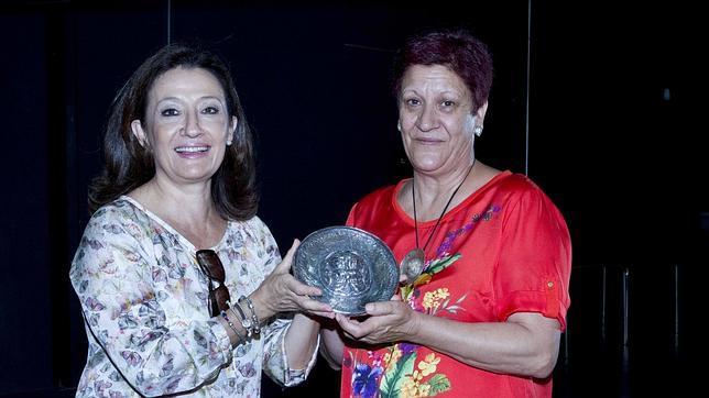 La viceconsejera de Turismo y Cultura, Carmen González, hace entrega de la réplica de la pátera a la alcaldesa de Titulcia, Fuencisla Molinero