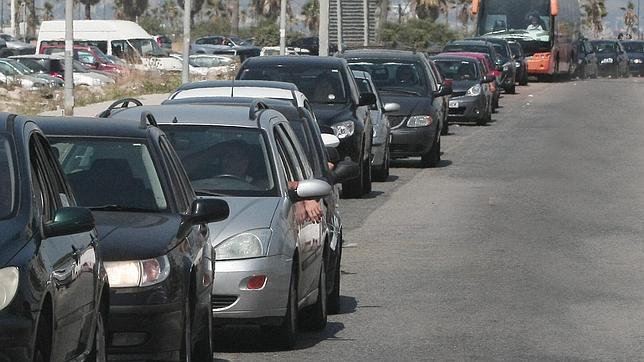 Colas de vehículos de más de cinco horas para cruzar la verja de Gibraltar