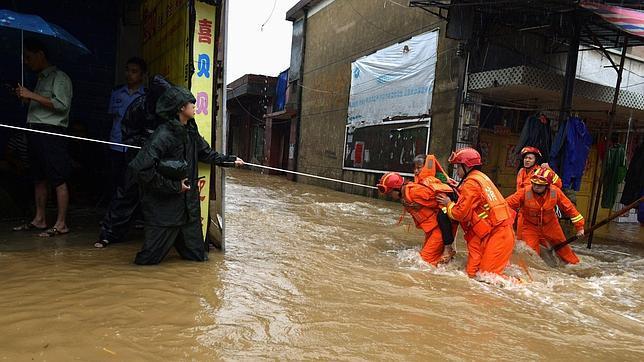 Al menos 37 muertos y más de 140.000 evacuados por las fuertes lluvias en China