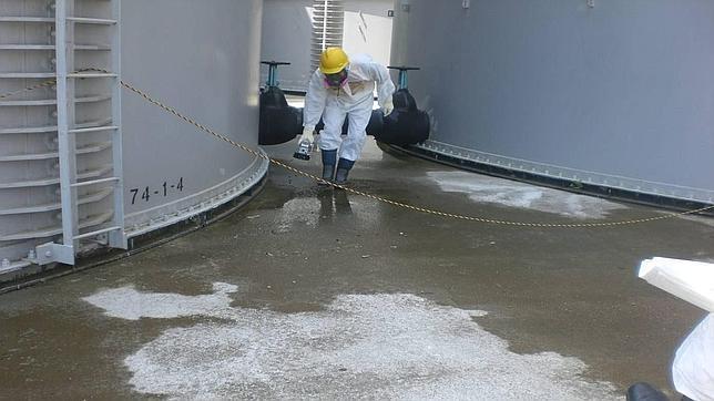 TEPCO cree que la filtración radiactiva se produjo tras mover uno de los tanques