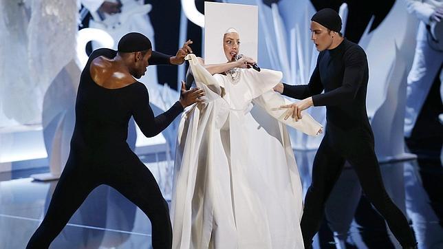 Lady Gaga vuelve entre aplausos y abucheos