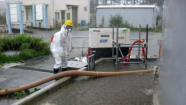 Operarios de Fukushima trabajando