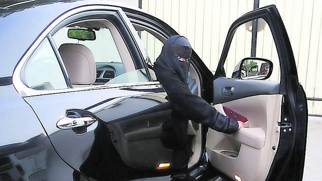 Una mujer se apea de un vehículo en Arabia Saudí, país que no otorga licencias de conducción a mujeres
