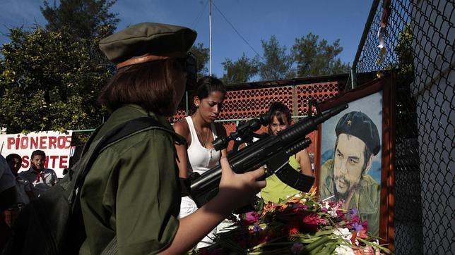 Una niña vestida como el guerrillero Ernesto Che Guevara, con un arma de juguete, durante un homenaje el martes en una escuela de La Habana