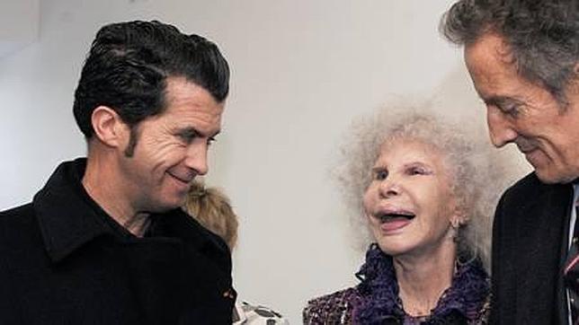 El escultor con la duquesa de Alba y su marido, Alfonso Díez