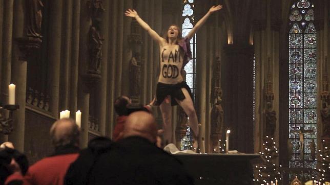 Una activista de Femen interrumpe la misa de Navidad en la catedral de Colonia