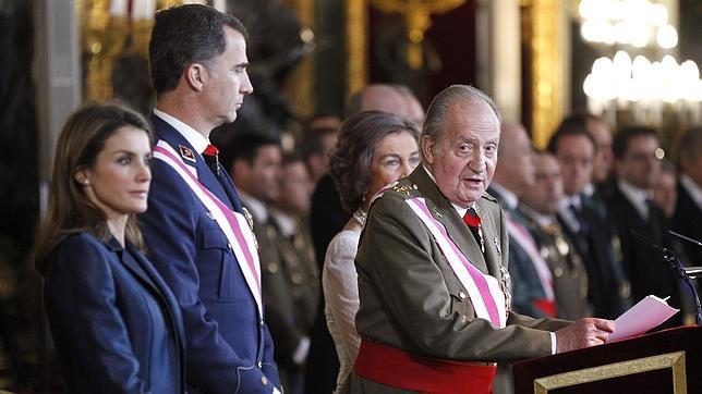 Un cúmulo de circunstancias adversas dificultó al Rey su discurso a los militares