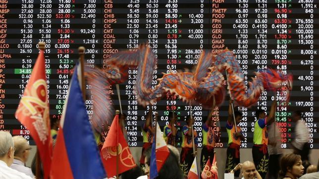 Un grupo de trabajadores porta una marioneta de dragón durante las celebraciones del Año Nuevo chino en la Bolsa de Manila (Filipinas)