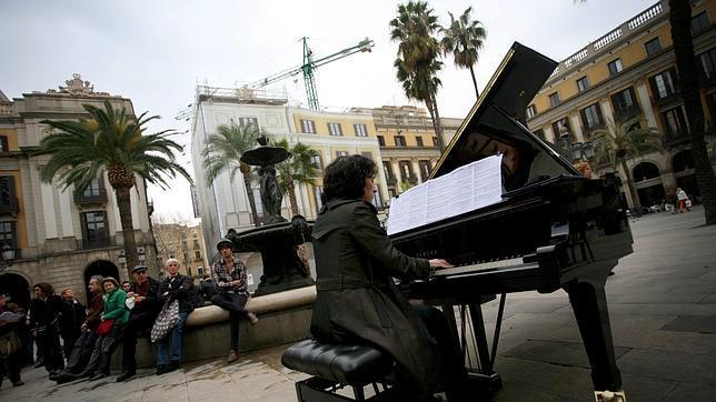 Una imagen de la pasada edición del concurso, con un piano en la plaza Reial