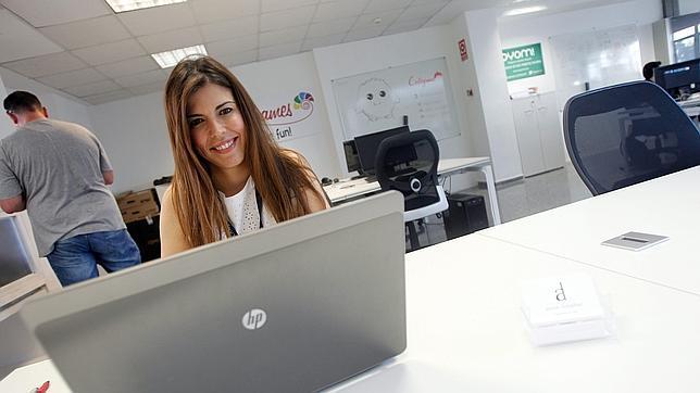 Anna Lozabai abre su tienda online y se convierte en la primera modista 2.0 de España
