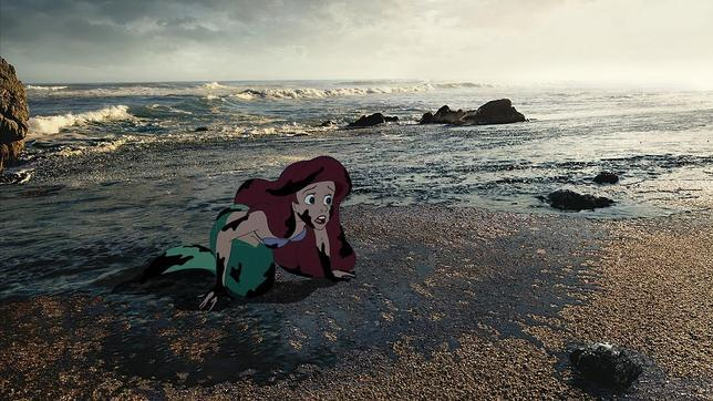 La sirenita Ariel, atrapada en medio de una marea negra.
