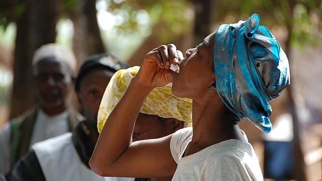 Una mujer se toma su dosis de la vacuna oral del cólera