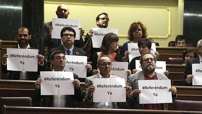 Los diputados de IU exhiben carteles por el referéndum Monarquía-República