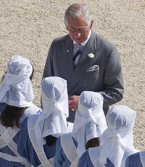 Carlos de Inglaterra, con las chicas de la Cruz Roja