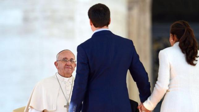 El Papa junto a una pareja de jóvenes el día de San Valentín en la plaza de San Pedro