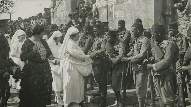 Octubre de 1921. Guerra de Marruecos. Campaña de Melilla. Recibimiento a los regulares. Las damas de la Cruz Roja repartiendo donativos a los soldados regulares que regresaron de Melilla.