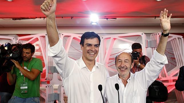 Rubalcaba y Sánchez celebran la victoria del madrileño en la sede de Ferraz