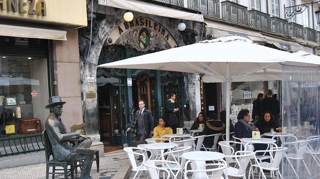 Vista exterior del café La Brasileira, uno de los más populares de Lisboa