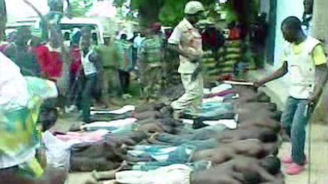 Captura de uno de los vídeos difundidos por Amnistía Internacioanl que muestra como los detenidos son golpeados por las fuerzas nigerianas