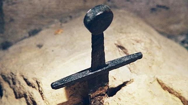Detalle de una espada clavada en la pierda en homenaje al Rey Arturo
