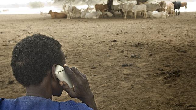 Un pastor africano utilizando el móvil