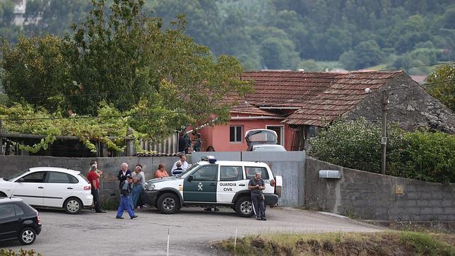 La Guardia Civil, apostada en la casa de Barro (Pontevedra) donde se han producido los hechos