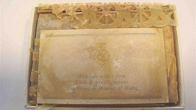 En el envoltorio se observa el monograma del Príncipe de Gales y un mensaje de los novios