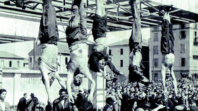 Los cadáveres de Mussolini, Clara Petacci y otros jefes fascistas, expuestos públicamente en Milán el 27 de abril de 1945