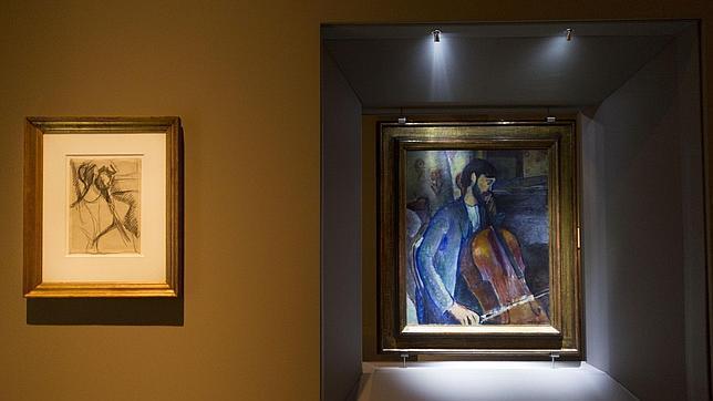 «El violonchelista», de Modigliani, junto a su dibujo preparatorio (a la izquierda)