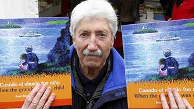 José Ramón Sánchez, con uno de sus libros