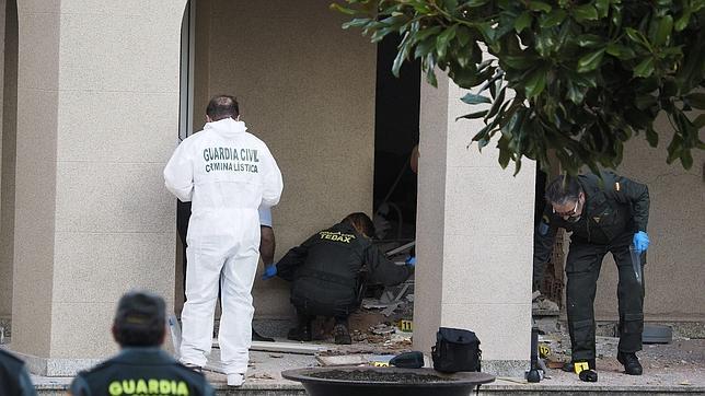 Expertos de la Comandancia de la Guardia Civil de Lugo y especialistas en Desactivación de Explosivos de La Coruña analizan los restos de la explosión