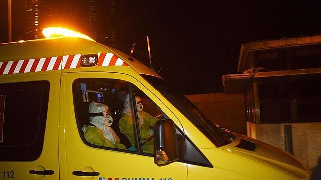 Llegada al hospital Carlos III de la ambulancia con la auxiliar de enfermería contagiada de ébola