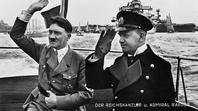 El «Führer», junto al gran almirante Raeder, durante una revista naval