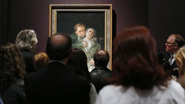 Visitantes contemplando «Autorretrato con el Doctor Arrieta», de Goya, expuesto en Boston