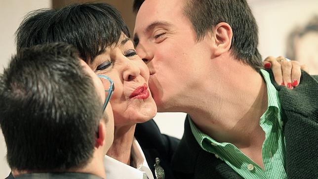 Concha Velasco recibe el beso de Hugo Armendaritz y Rodrigo Raimondi