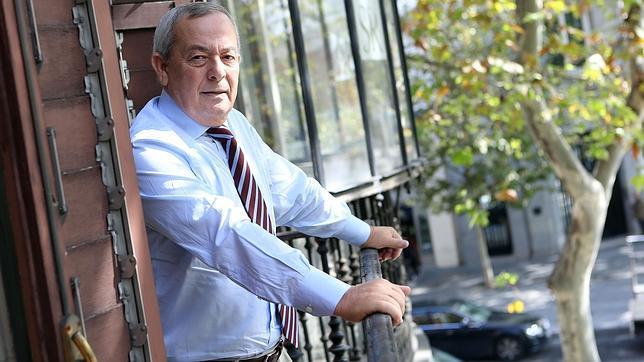 Carlos Solchaga, en el balcón de su céntrico despacho de Madrid