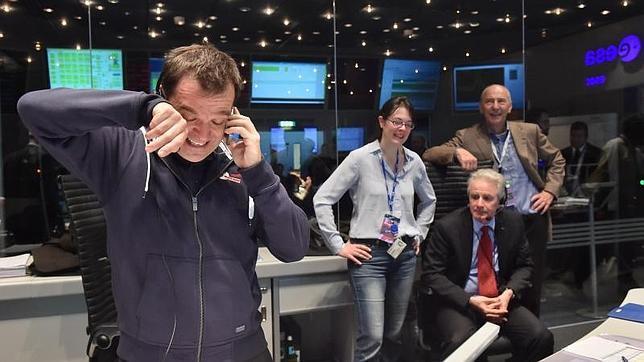 Andrea Accomazzo, uno de los jefes de la misión, no puede ocultar su emoción en el centro de control en Darmstadt