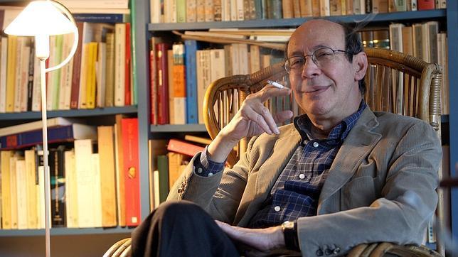 Francisco Rico en su biblioteca